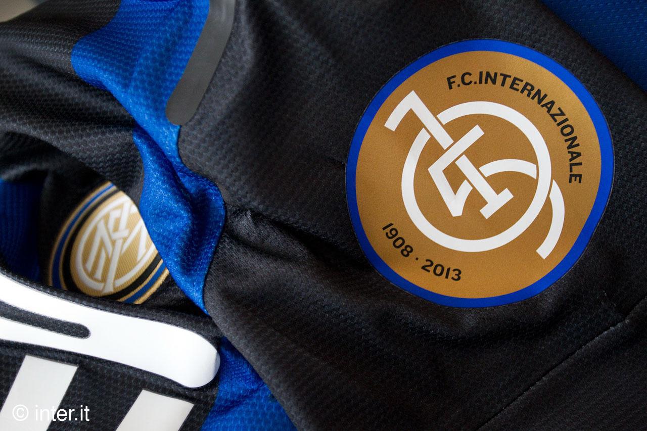 インテルはクラブ創設105周年記念パッチを付けて試合に臨む