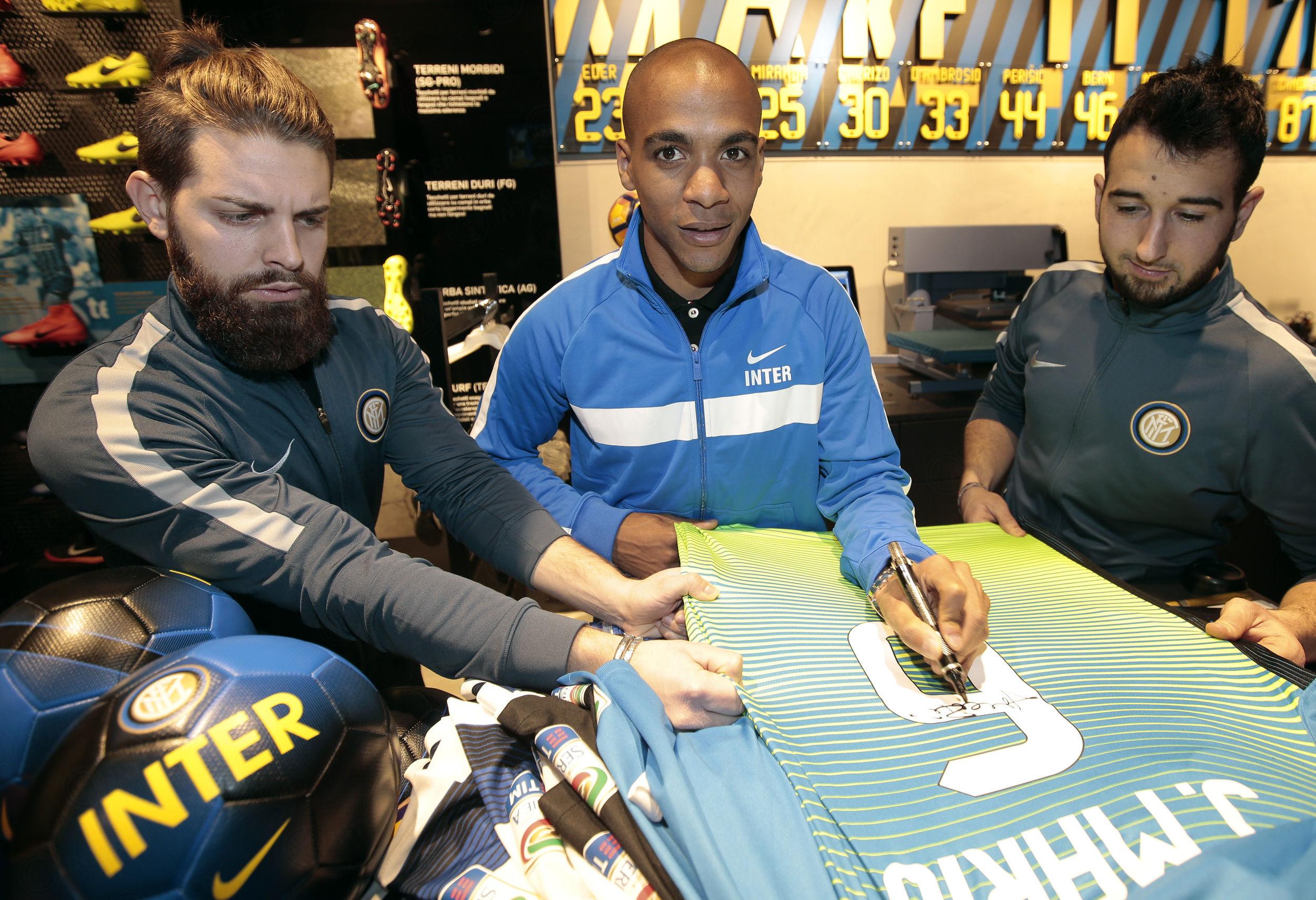 Joao Mario e Gabriel Barbosa incontrano i tifosi all'Inter Store Milano
