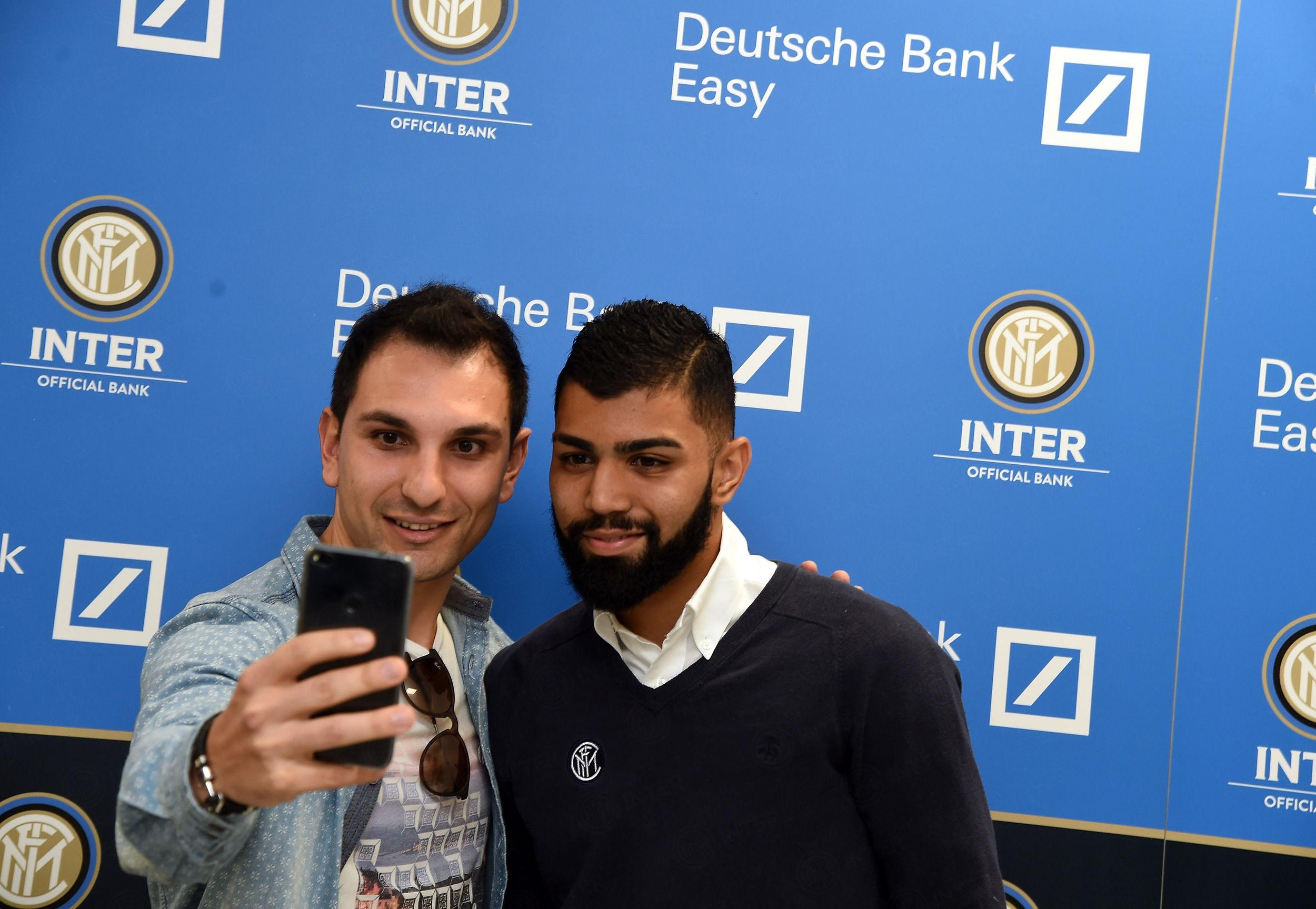 Gabriel Barbosa all'inaugurazione del nuovo punto vendita Deutsche Bank Easy