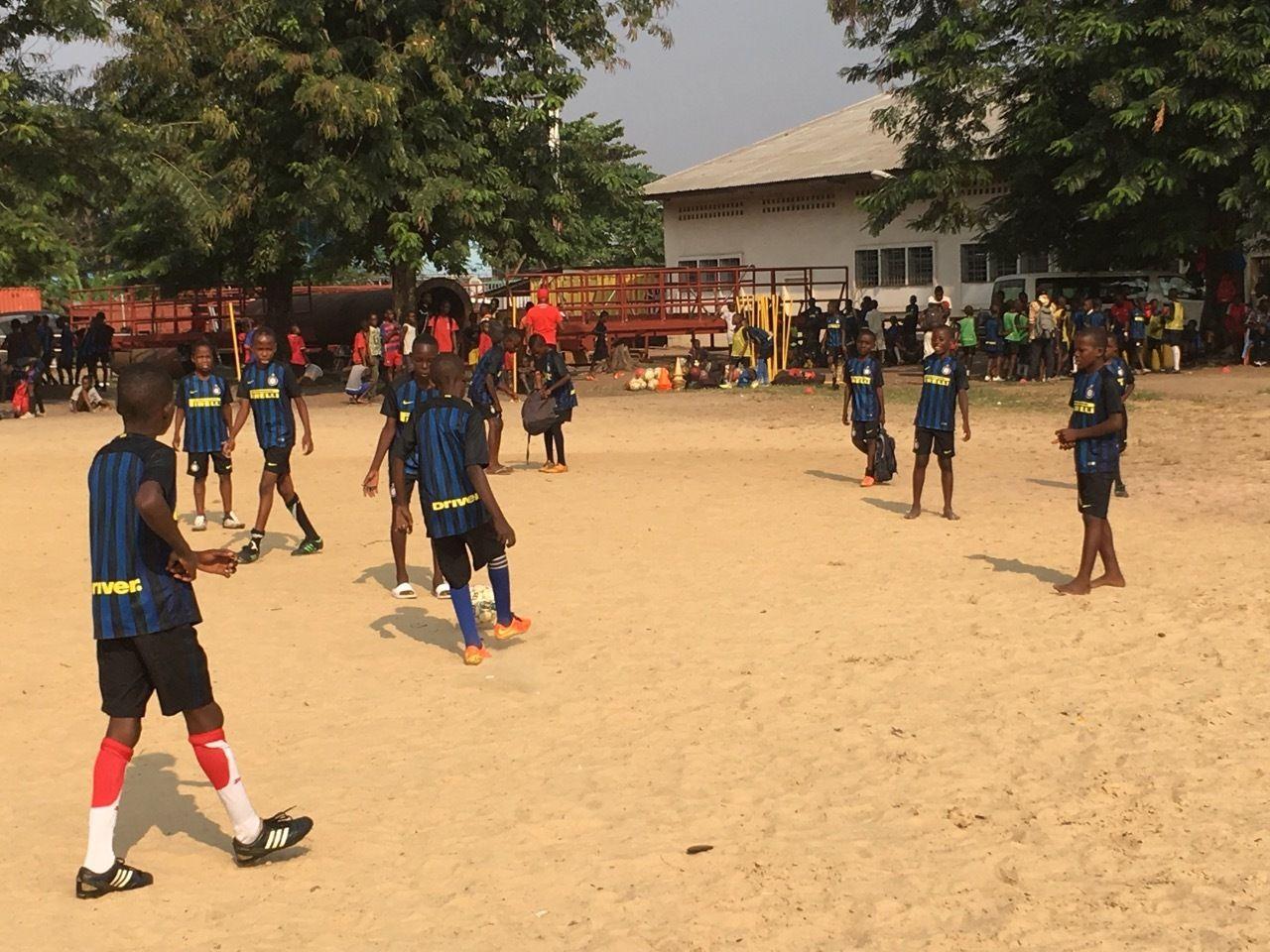 国米刚果足球学校和科科罗军营的孩子们